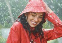 wanita main hujan